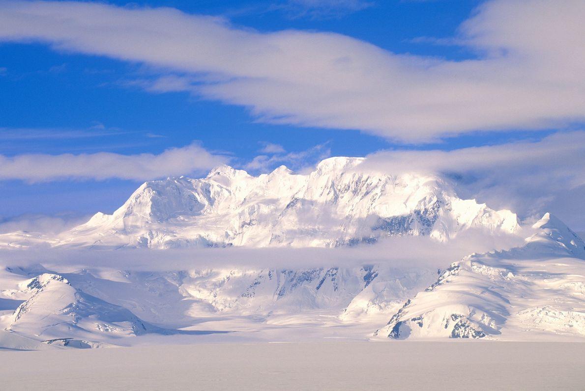 Le parc national de Wrangell–Saint-Élie, en Alaska - une vaste étendue de nature sauvage, abritant des sommets ...