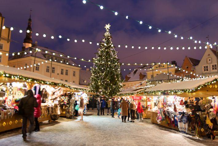 Un immense sapin de Noël trône au centre du marché de Noël de Tallinn, la capitale ...