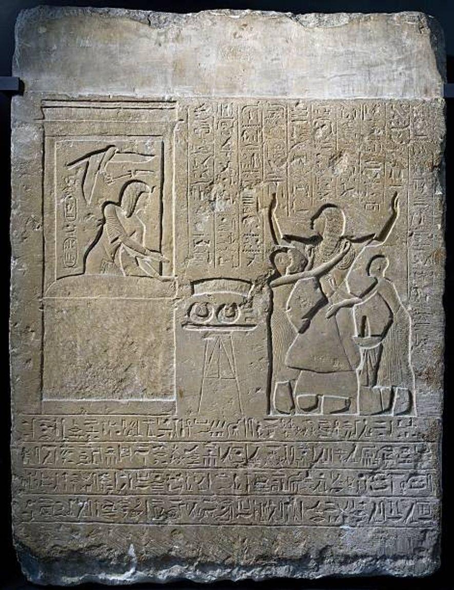 RÉCOMPENSE D'UN DIRECTEUR DU HAREM - Sur ce bas-relief, le directeur du harem royal Hormin est ...