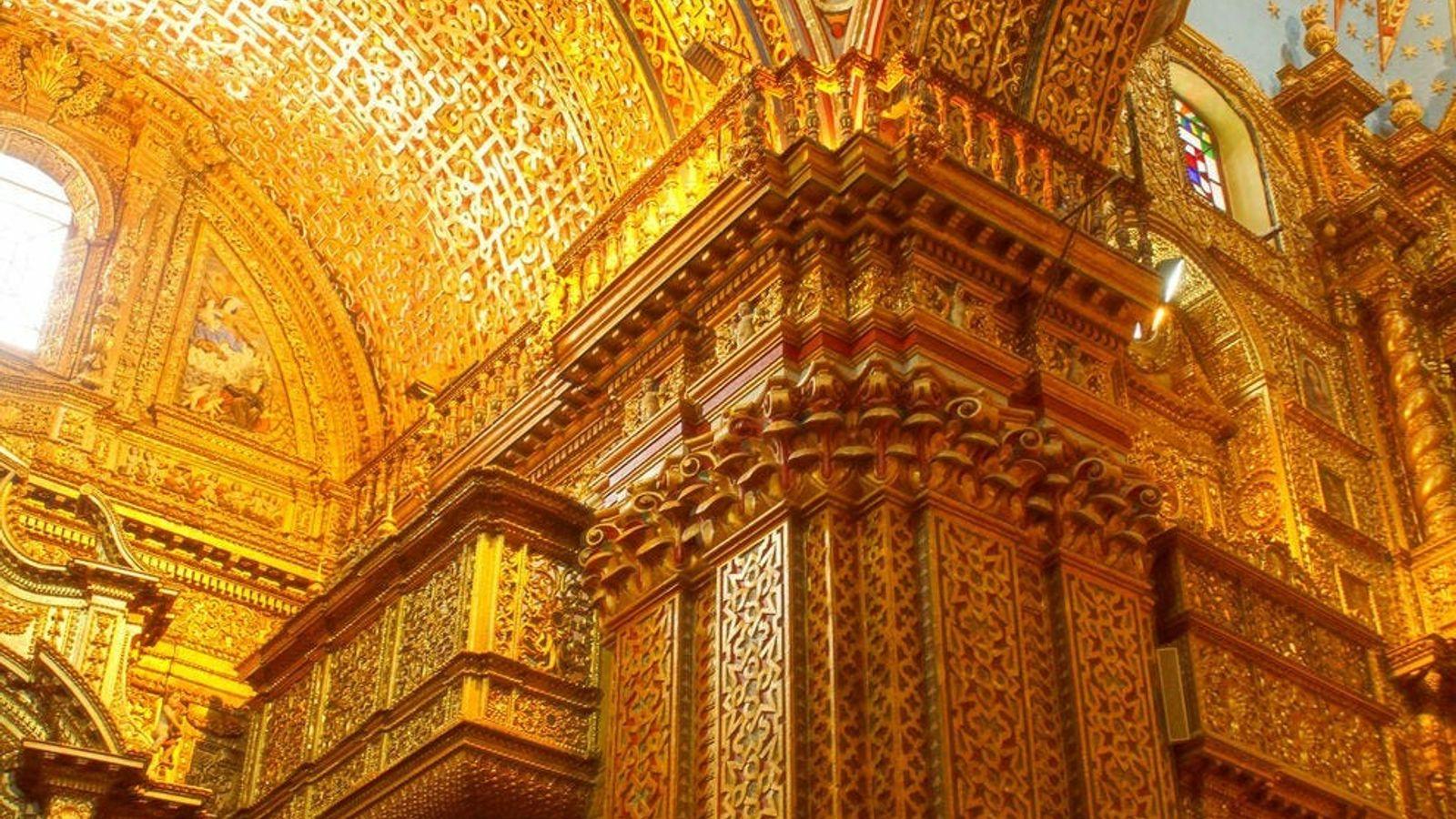 Les riches décorations intérieures de l'église de La Compañía de Jesús, à Quito, en Équateur.
