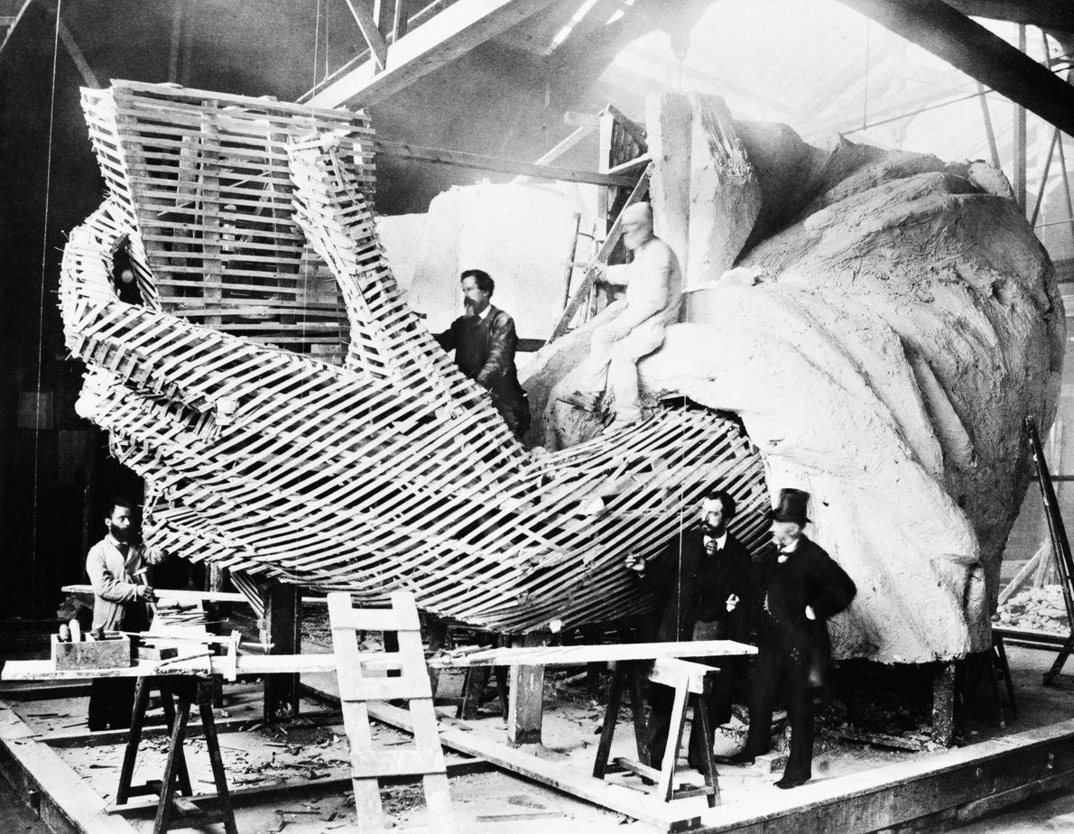 Construction de la main de la statue de la Liberté