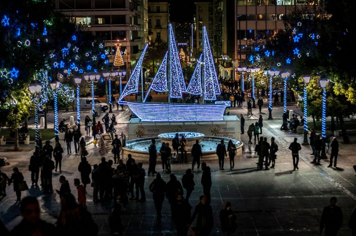 La place Syntagma, à Athènes, en Grèce, accueille un navire décoré de guirlandes électriques au moment ...