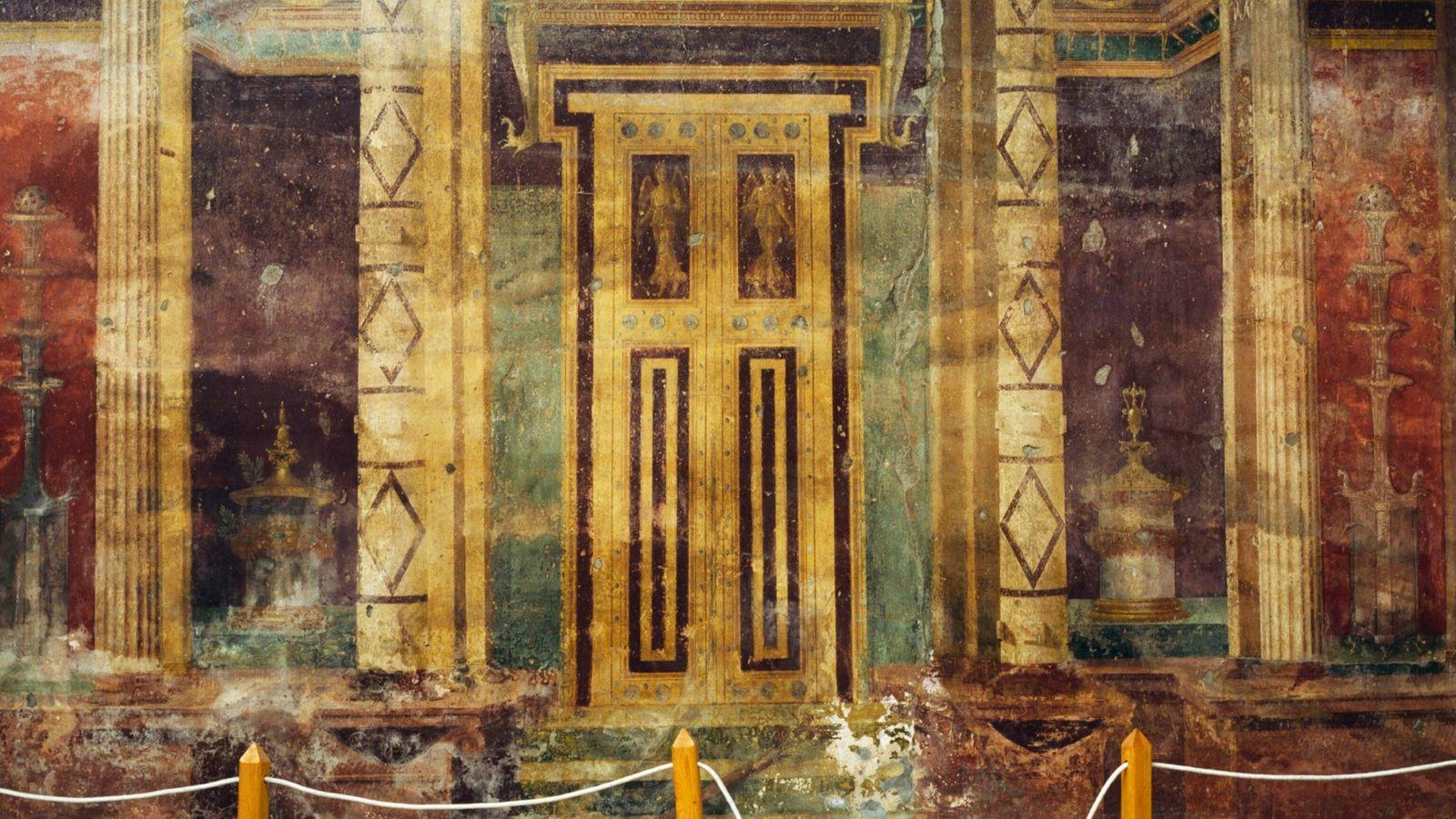 False door, detail of frescoes of Tuscan atrium