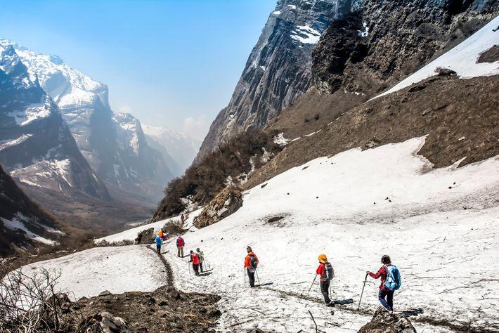Des randonneurs descendent du camp de base de l'Annapurna dans le centre du Népal.