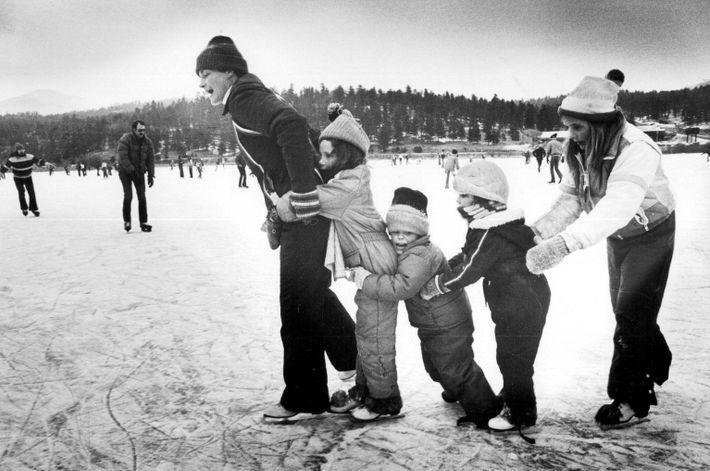 Sur ce cliché pris en février 1981, des familles investissent la glace du lac Evergreen dans le ...