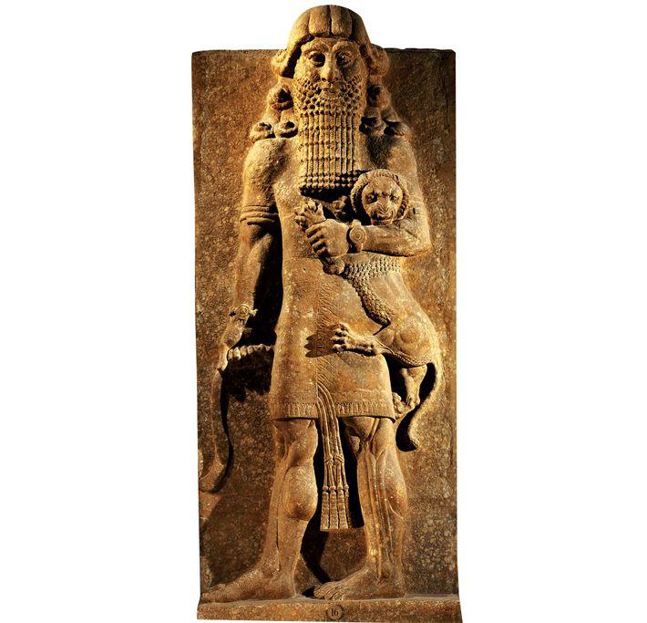 Le héros Gilgamesh dompte sans effort un lion dans cette statue du VIIIe siècle av. J.-C. ...