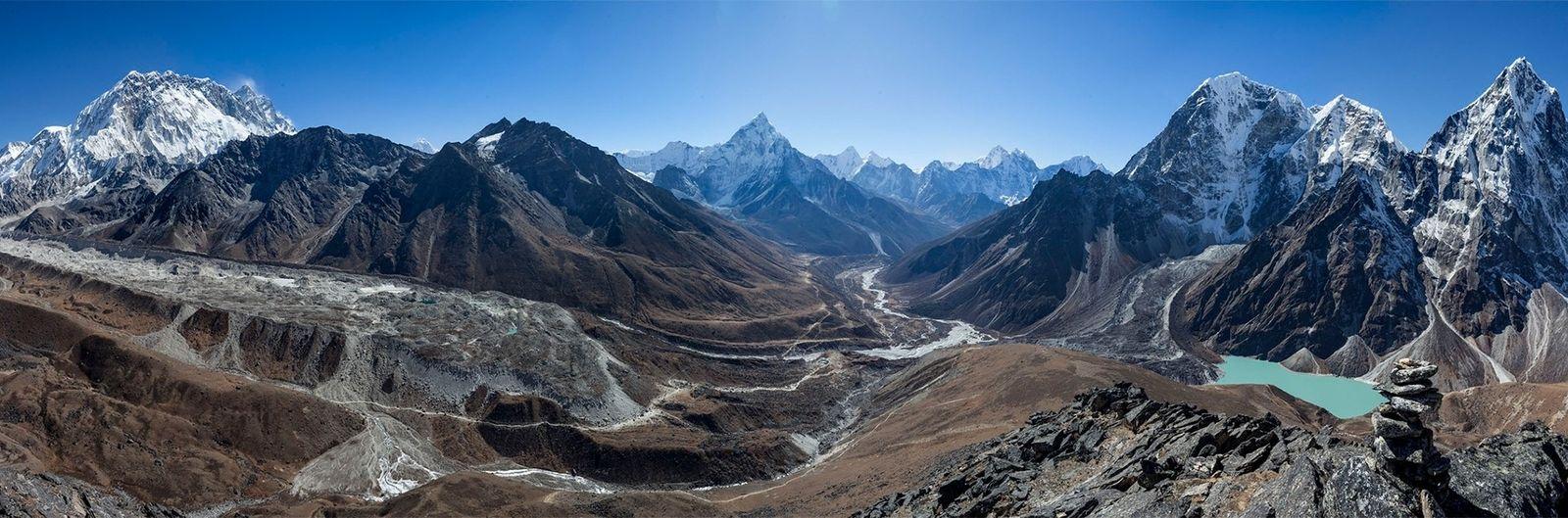 Le terrain spectaculaire de la vallée du Khumbu présente un défi complexe pour les ingénieurs civils ...
