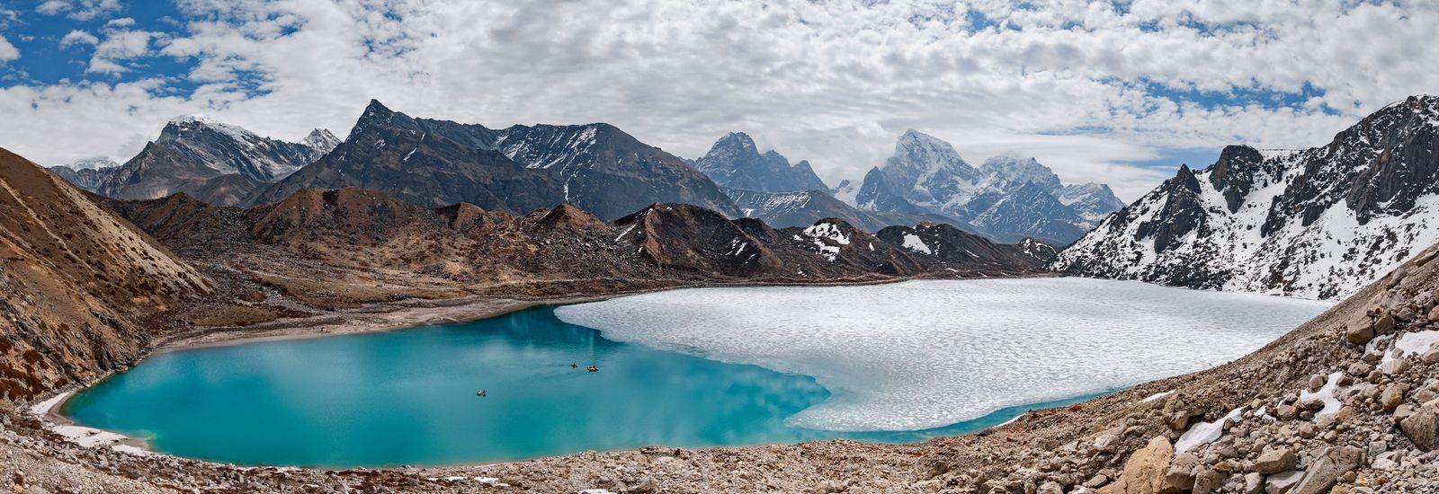 Des petites embarcations transportent les scientifiques à travers le lac Taboche au mois de mai, alors qu'une ...