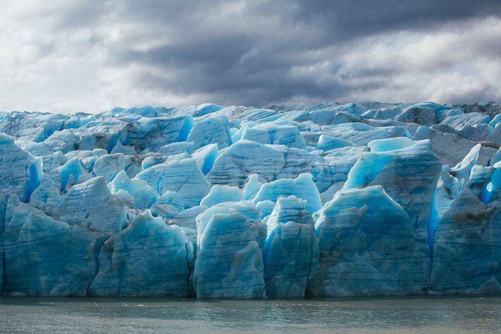 Des nuances de bleus illuminent le glacier Grey, dont la fonte est deux fois plus rapide ...
