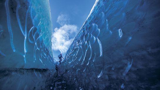 La calotte glaciaire Vatnajökull en Islande attire les randonneurs les plus intrépides avec ses innombrables crevasses.