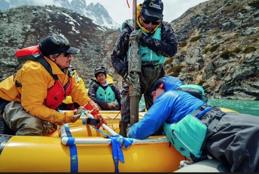 Des scientifiques prélèvent des sédiments dans le lit du lac Taboche au Népal. Les strates renseignent ...