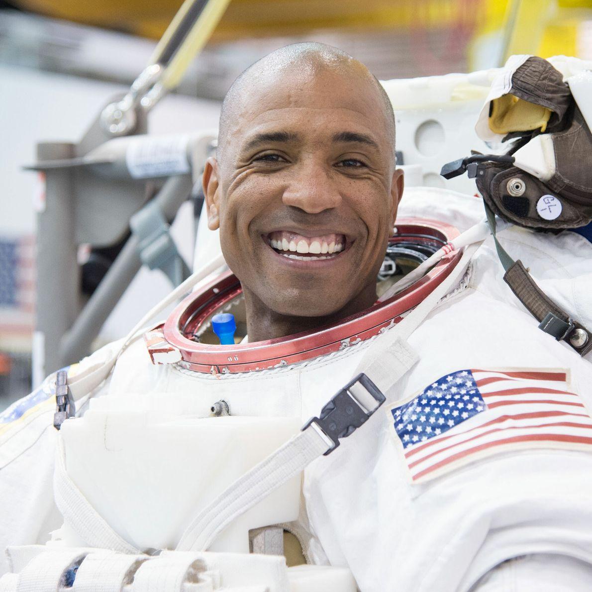 Victor Glover - promotion d'astronautes 2013, actuellement à bord de la Station spatiale internationale.