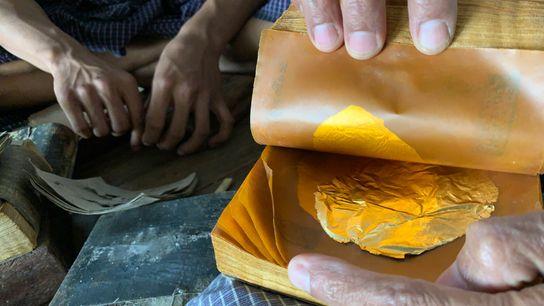 Au King Galon Gold Leaf Workshop, à Mandalay, au Myanmar, les ouvriers frappent sans relâche les ...