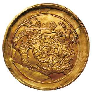 Un roi chasse sur un charsur cette plaque d'or d'Ugarit, un royaume syrien étroitement lié aux ...