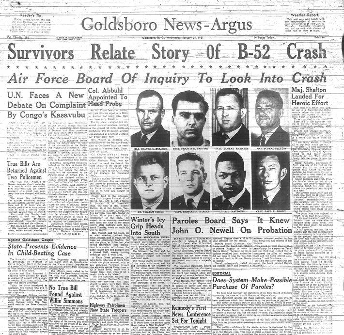 Le crash du B-52 a fait la une des journaux à Goldsboro et dans le pays ...