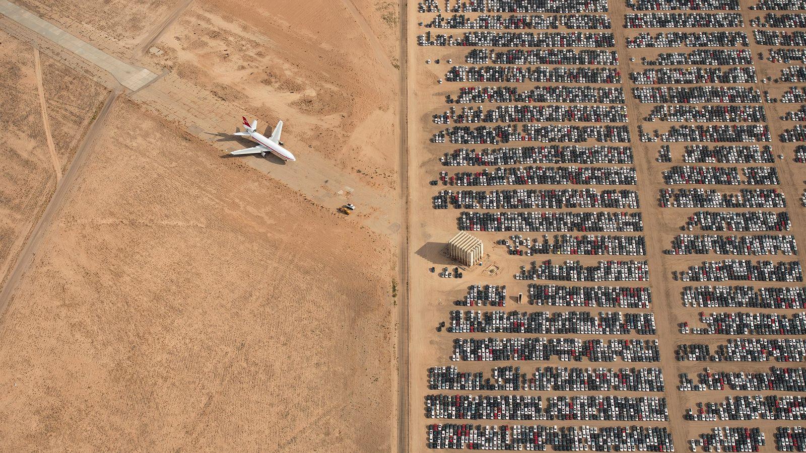 Cette photographie, qui représente des milliers de voitures Volkswagen et Audi immobiles dans le Désert des ...