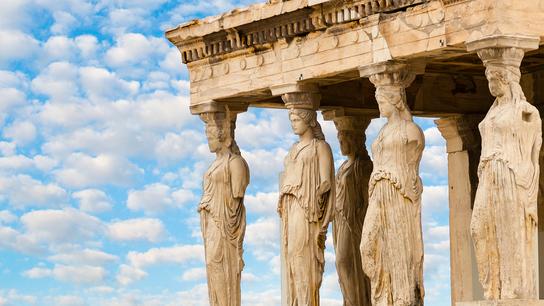 Les cariatides, statues représentant des jeunes femmes, remplacent les colonnes qui soutiennent habituellement la partie supérieure d'un bâtiment.