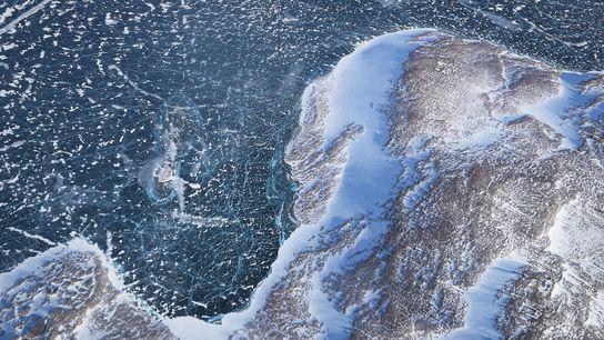 Rencontre entre la terre et la banquise photographiée depuis un avion survolant le Groenland. L'inlandsis du ...