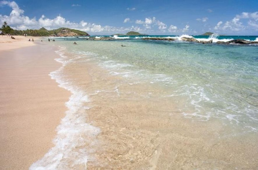 Le récif naturel de Bathway Beach, situé sur la côte nord de Grenade, attire les voyageurs.