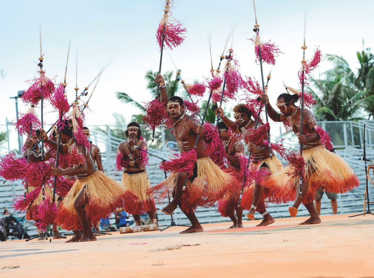 Guam, États-Unis. Au festival des arts du Pacifique, tenu à Hagatna, la capitale de Guam, une troupe exécute ...