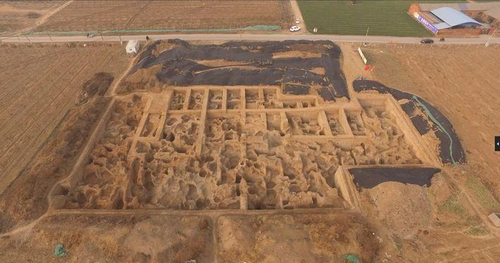 Les archéologues fouillent le site de Guanzhuang depuis 2011 ; ils y ont découvert des ateliers et ...