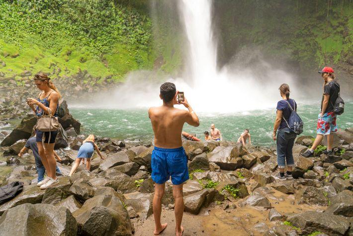 Des vacanciers prennent des photos et se baignent dans la rivière Fortuna, dans le parc national ...