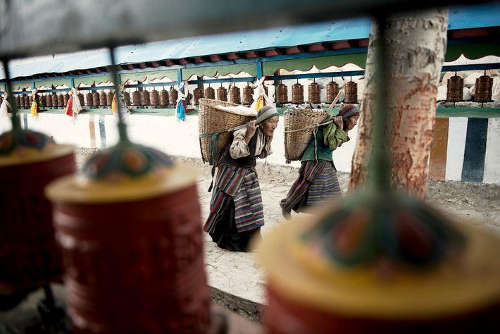 Deux femmes traversent la ville en portant de lourds paniers. Pendant des siècles, la marche est ...