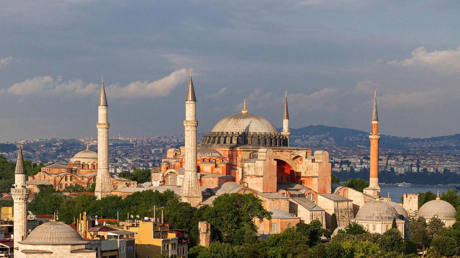 La basilique Sainte Sophie, l'une des merveilles architecturales, se dresse près du détroit du Bosphore à ...