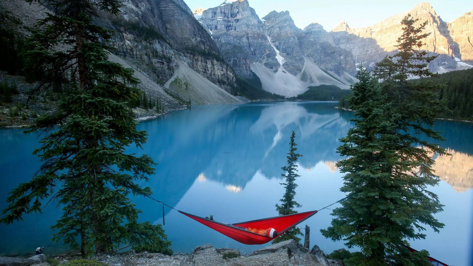 Un voyageur, Conner Born, est allongé dans un hamac alors que le soleil se lève sur ...
