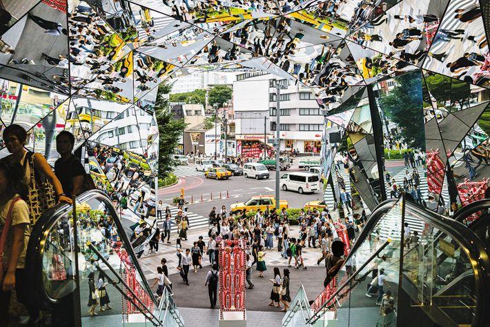 Prismes fantastiques : à Harajuku, le long d'une route qui mène au sanctuaire Meiji, une foule ...