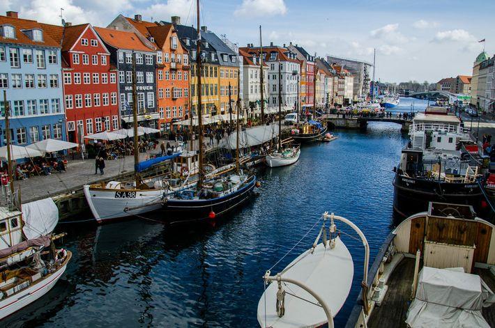 """Nyhavn est un canal du centre de Copenhague, dont le nom signifie """"nouveau port"""" en danois. ..."""