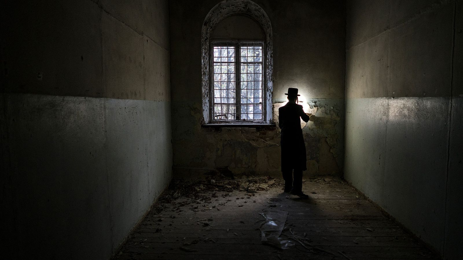 Un juif hassidique visite le site de l'ancienne synagogue de Tchernobyl. Au cours du 18e siècle, ...