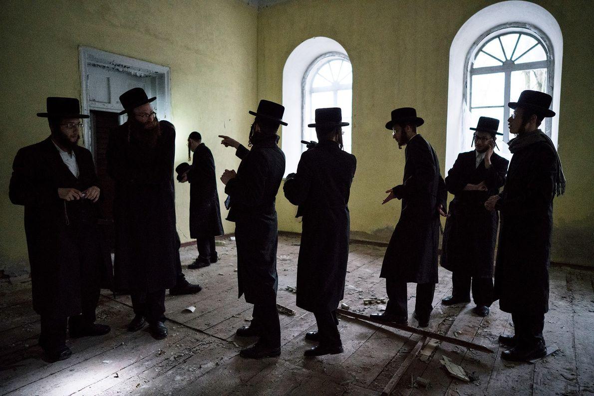Un groupe explore la synagogue abandonnée de Tchernobyl. L'Ukraine, berceau du hassidisme, compte l'un des plus ...