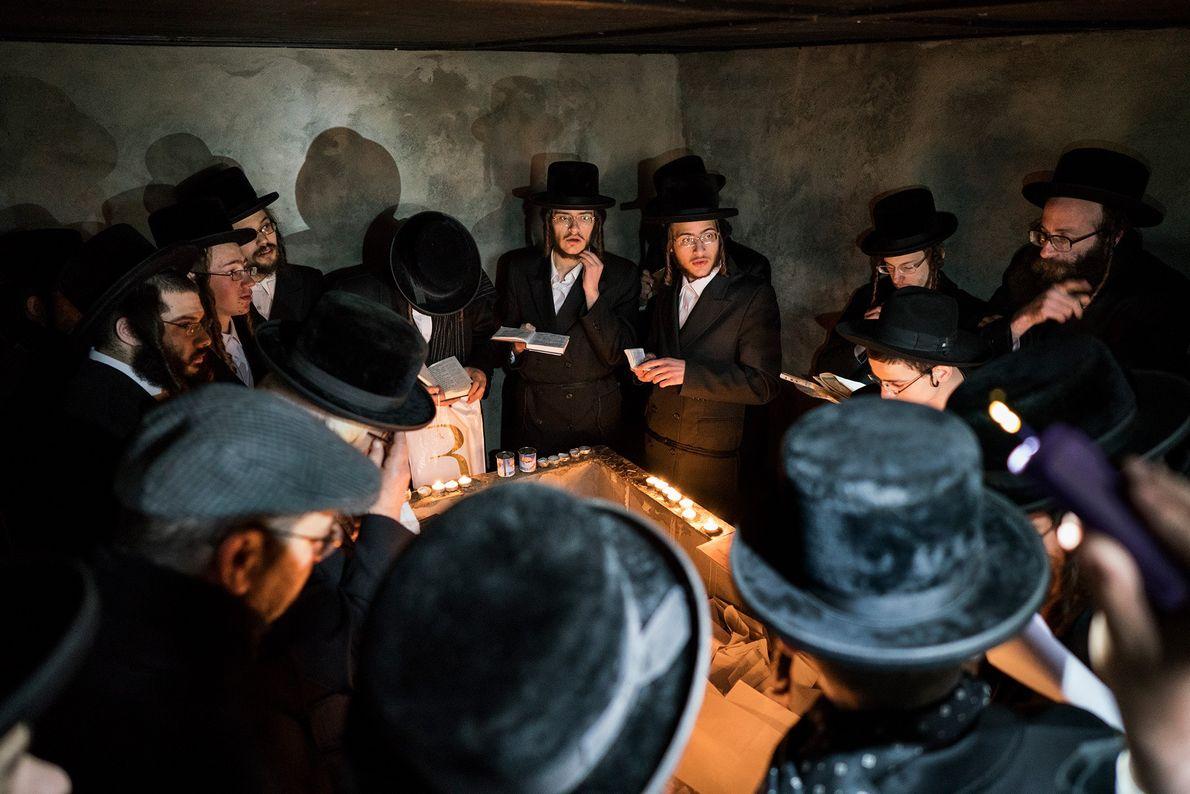 Les Juifs hassidiques prient devant la tombe du Rabbin Menachem Nochum Twersky, située près d'une ancienne ...