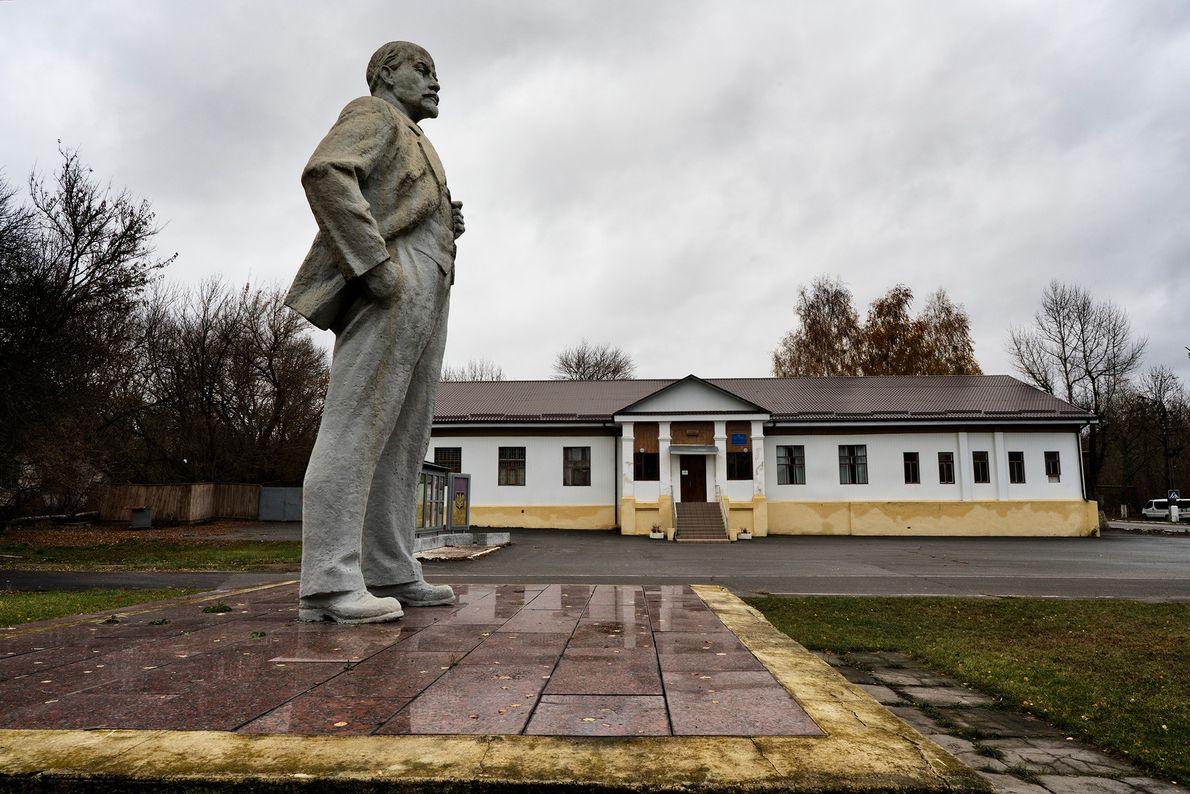 Lénine semble dominer la Maison de la Culture, qui a été construite sur l'ancienne résidence de ...