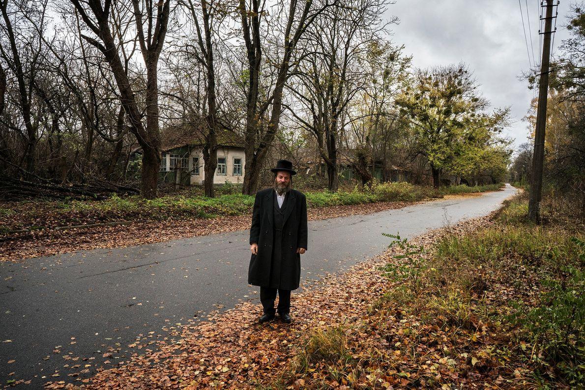 Un voyageur explore une rue abandonnée de Tchernobyl, que des milliers de personnes ont dû fuir ...