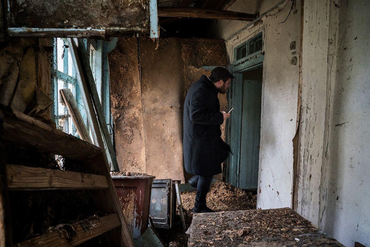 Un visiteur juif explore une maison abandonnée dans la zone d'exclusion. Le photographe Pierpaolo Mittica documente ...