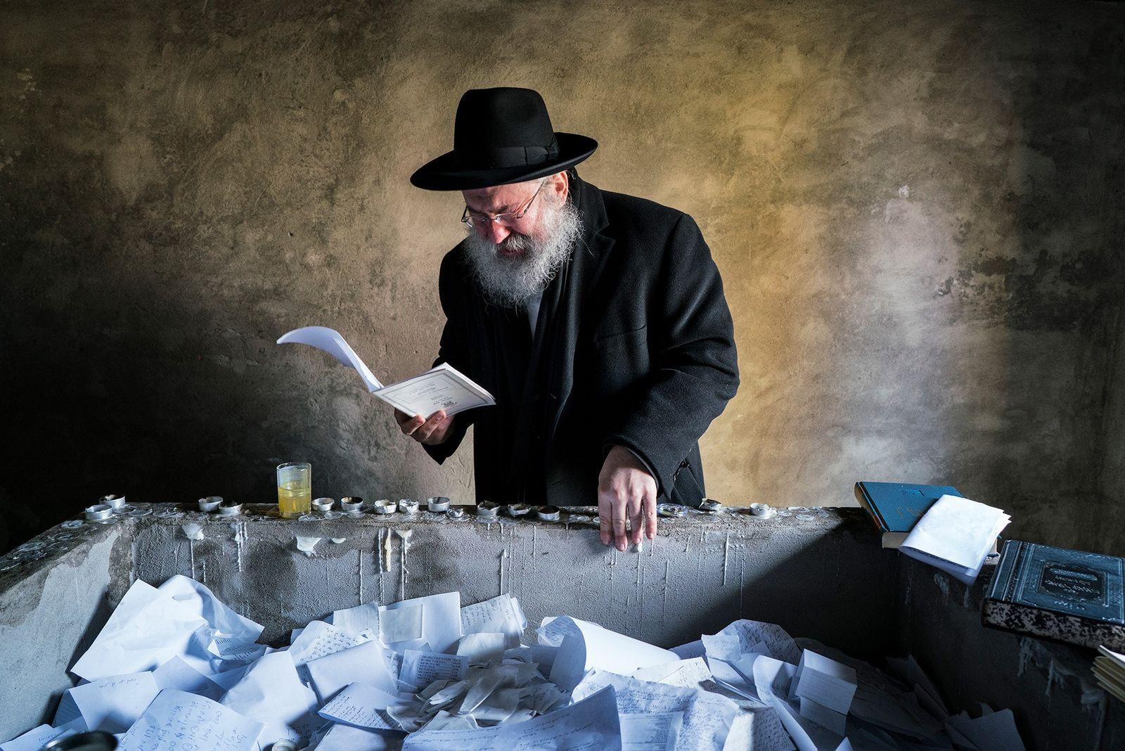 Après avoir relié les 50 000 membres de sa famille, Yitz Twersky prie avec émotion devant ...