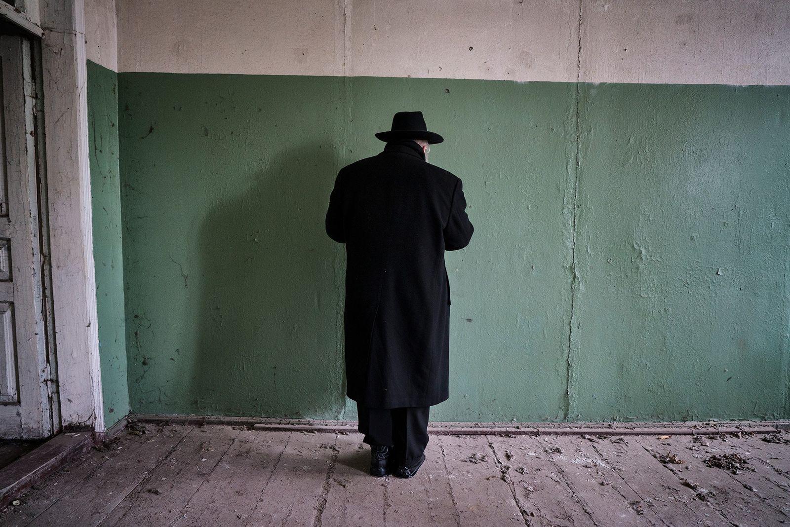 Chaque année, à l'anniversaire de la mort du Grand Rabbin Menachem Nachum, des pèlerins se recueillent ...