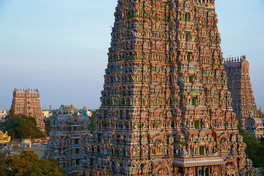 Situé sur la rive sud du fleuve Vaigai, le temple hindou de Mînâkshî est dédié, comme ...