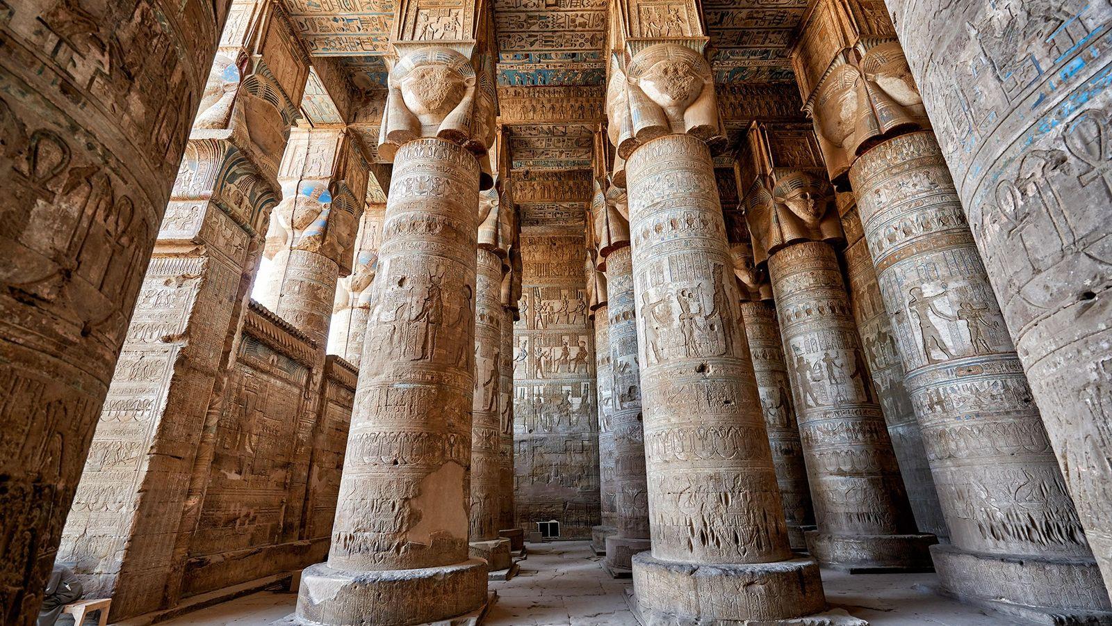Ces colonnes du temple d'Hathor situé à Dendérah sont gravées de hiéroglyphes de l'Égypte ptolémaïque.