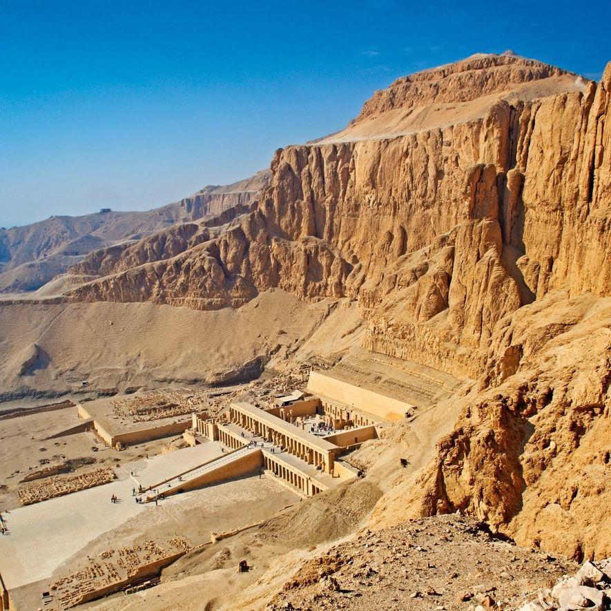 Le site de Deir el-Bahari est un complexe funéraire, composé de temples et de tombes, situé ...
