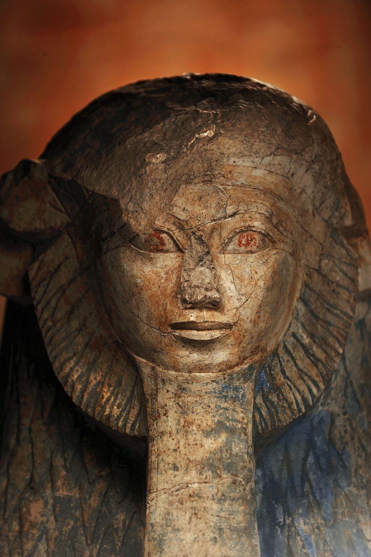 Cette statue d'Hatchepsout représente cette dernière avec une crinière de lion et une barbe de pharaon.