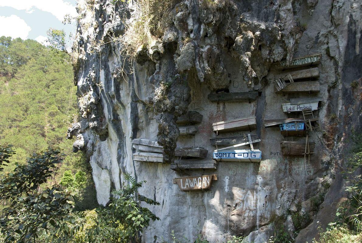 Cercueils suspendus, Philippines -Afin de rapprocher les défunts du ciel, ces cercueils ont été suspendus à ...