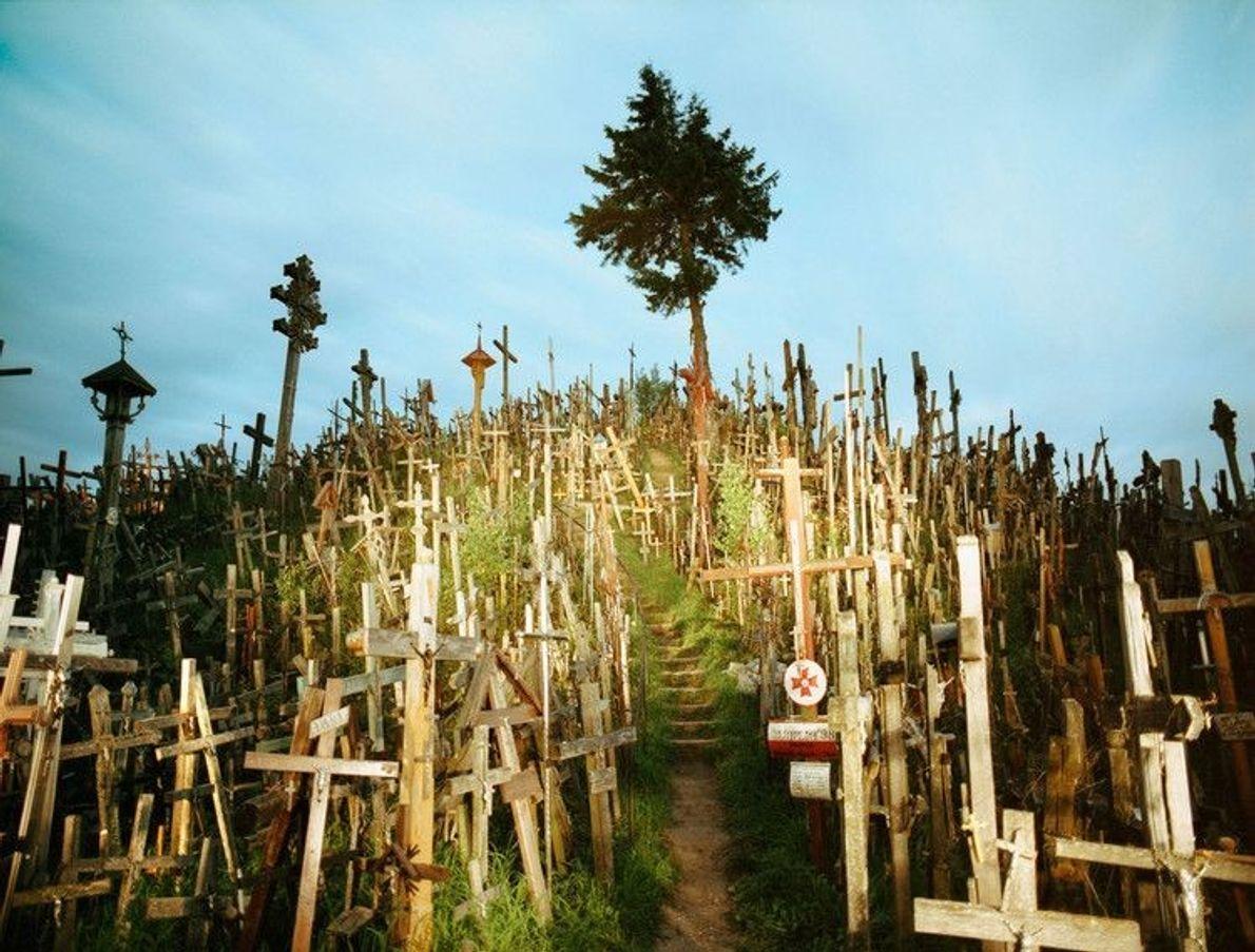 Colline des Croix, Lituanie -Bien que ses origines restent un mystère, cette colline est recouverte de ...