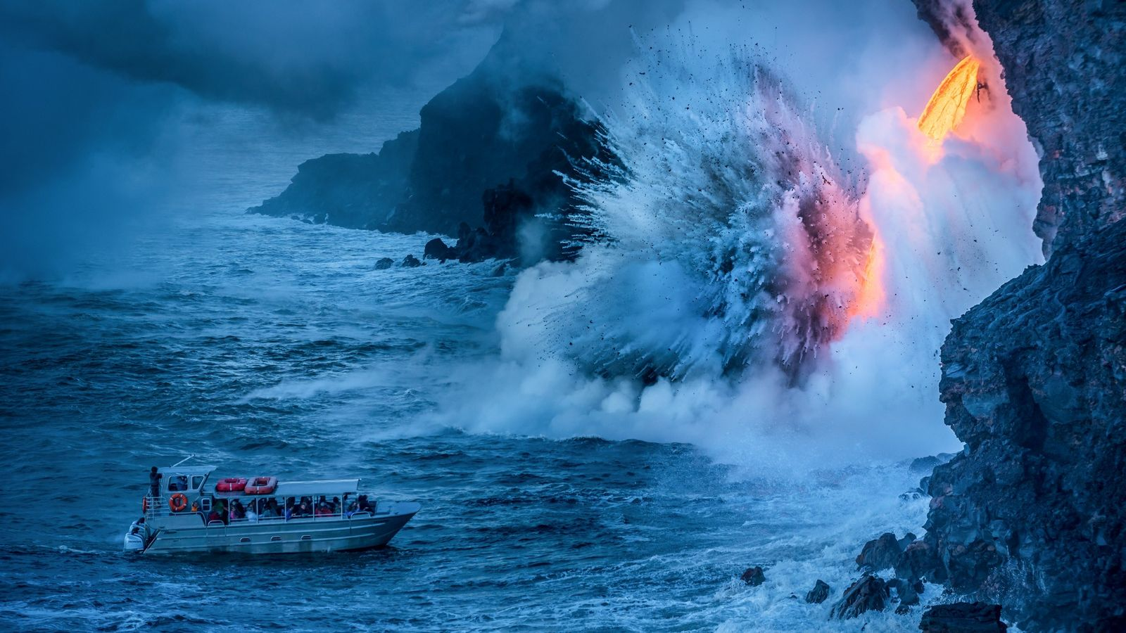 Au contact de l'océan Pacifique, la lave en fusion en provenance du parc dégage de la ...