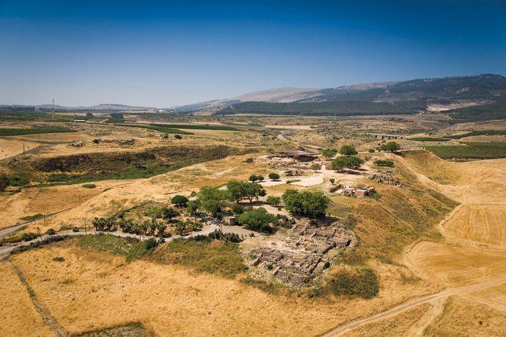Vue aérienne d'Hazor, ville cananéenne majeure du 14e siècle av. J.-C. Ses ruines se trouvent dans l'actuel Israël. ...