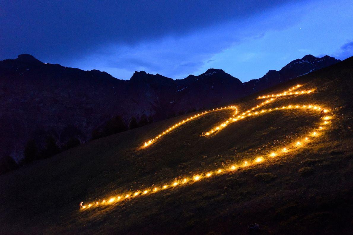 Pendant 10 jours au mois de juin, des bougies sont allumées et disposées en forme de ...