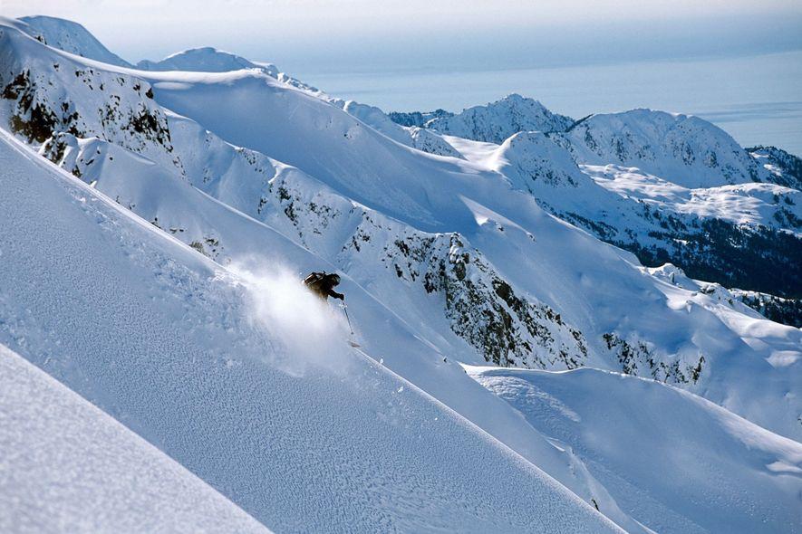 Un skieur hors-piste descend à toute vitesse la crête sur la péninsule de la Résurrection, en Alaska.