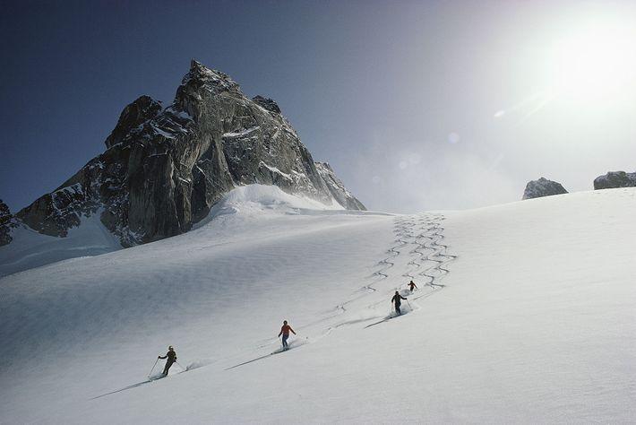 Dans le domaine skiable des Bugaboos, en Colombie-Britannique, des skieurs descendent le glacier Vowell.